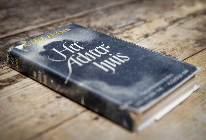 Het oorlogsdagboek Het Achterhuis van Anne Frank in het veilingshuis Burgersdijk & Nierman. De zeldzame eerste druk wordt vandaag geveild. Het gaat om een bijzonder exemplaar omdat het nog de originele stofomslag heeft.