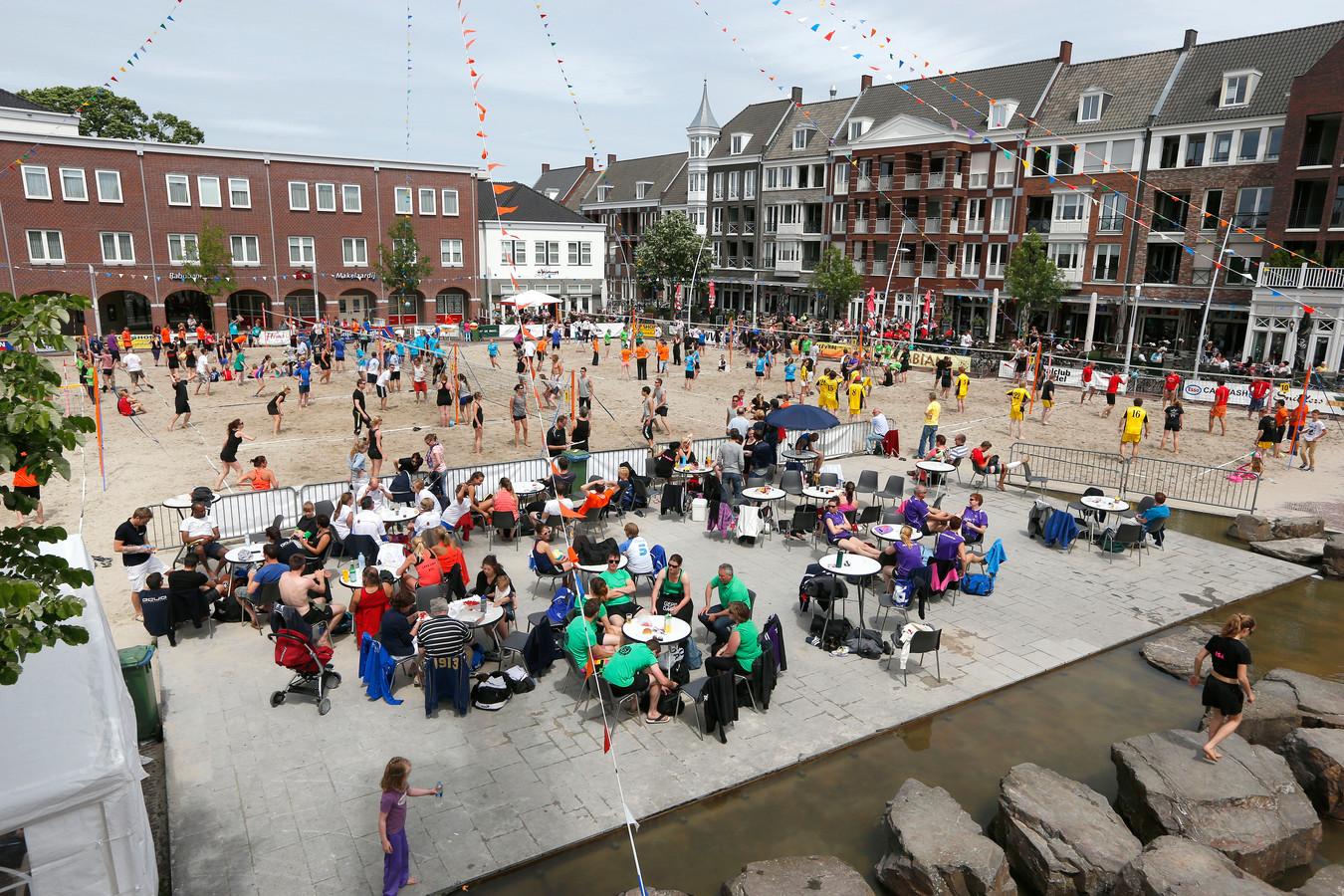 Beachvolleybaltoernooi op de Markt in Bladel.