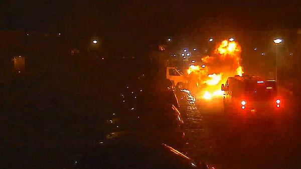 Breda vreest nieuwe aanval op agenten. Hier een beeld van de vuurwerkrellen bij de vorige jaarwisseling in de wijk Hoge Vucht, toen de politie bekogeld werd met zware vuurwerkbommen. Uiteindelijk moest de ME de orde herstellen in de wijk.