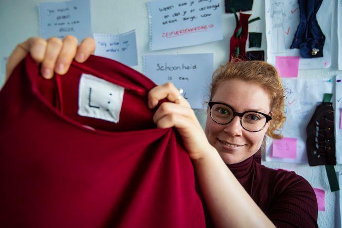 Ontwerpster Rachel Lourens showt haar kledingstukken met tastbare details voor blinden en slechtzienden