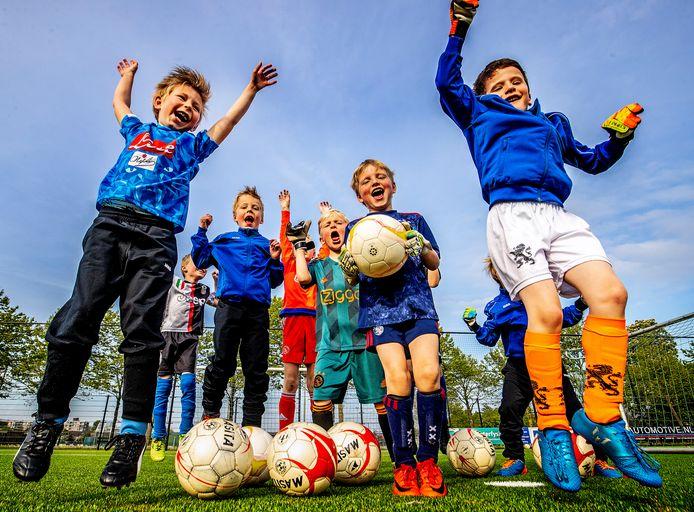 De spelertjes van Jong Hercules uit Beverwijk springen een gat in de lucht dat ze weer mogen trainen.