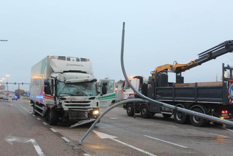De truck nam een verlichtingspaal en verschillende verkeersborden mee.