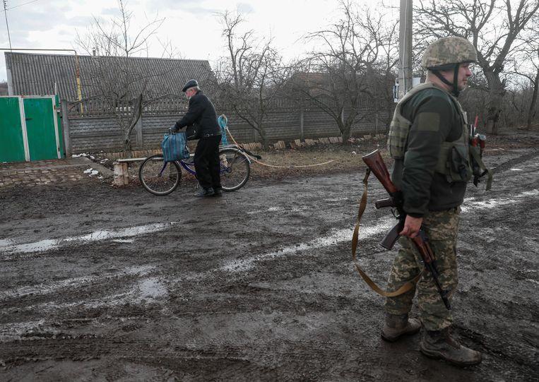 Een Oekraïense soldaat loopt wacht in de regio Donetsk. Beeld REUTERS