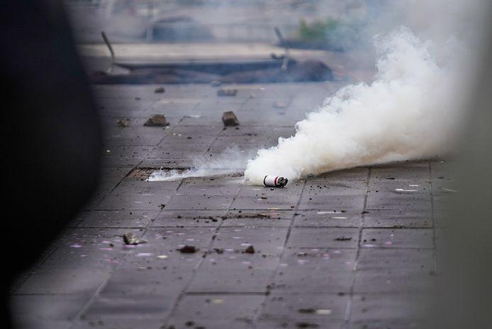 Een smeulende rookbom op het 18 Septemberplein.