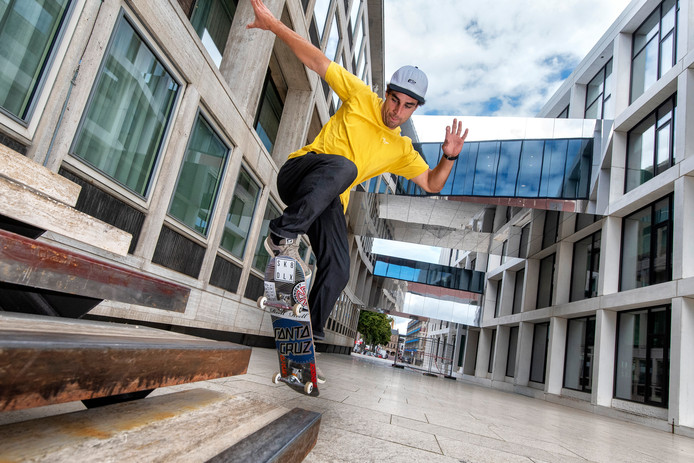 Skateboarder Douwe Macaré vertoont zijn skills bij het provinciehuis inArnhem.