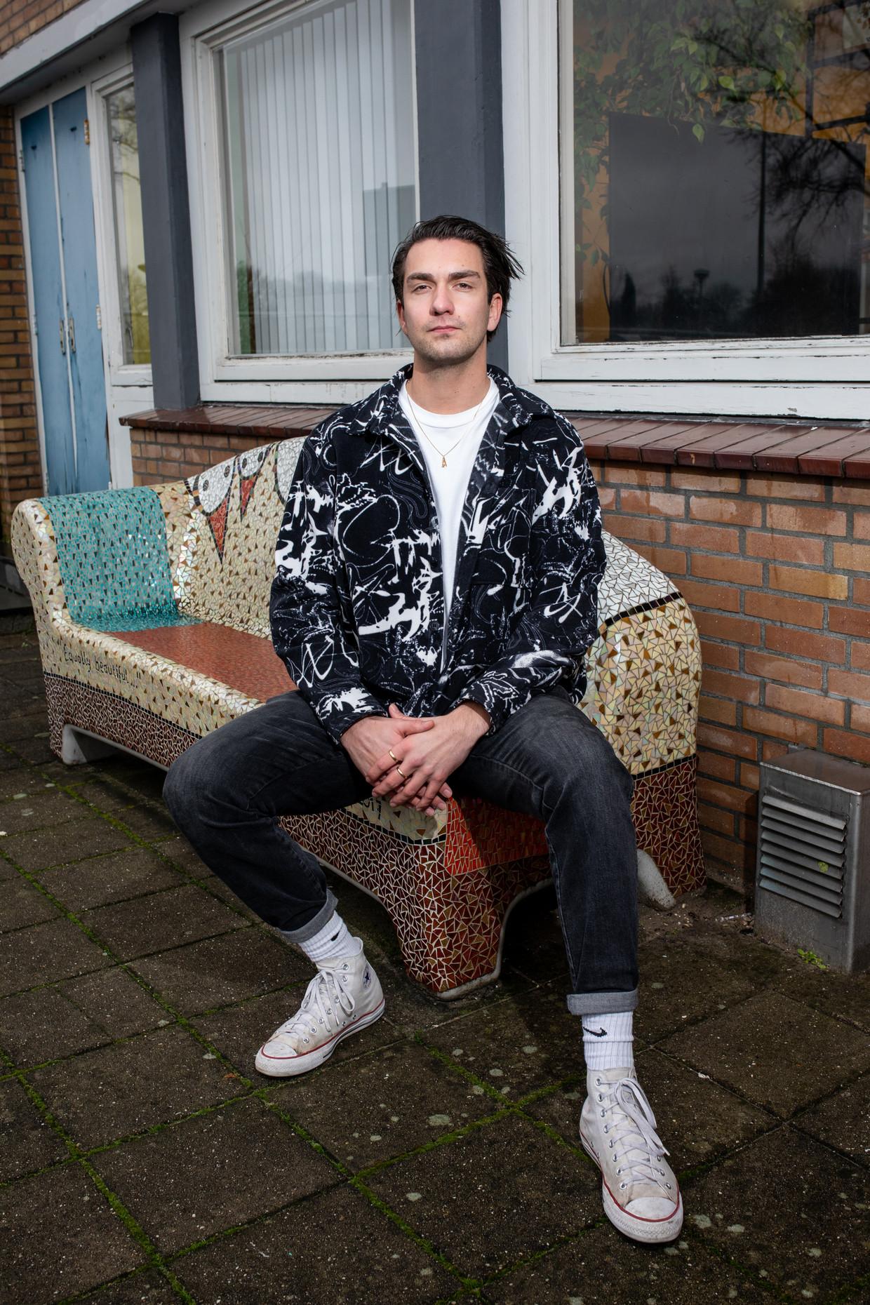 Portret van Joppe Soons voor café '5 Amsterdam', een ontmoetingsruimte en koffiebar in het asielzoekerscentrum. Beeld Farouk Ebaiss en Nosh Neneh