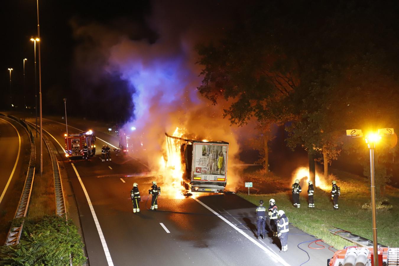 De brandende vrachtwagen op de A73.