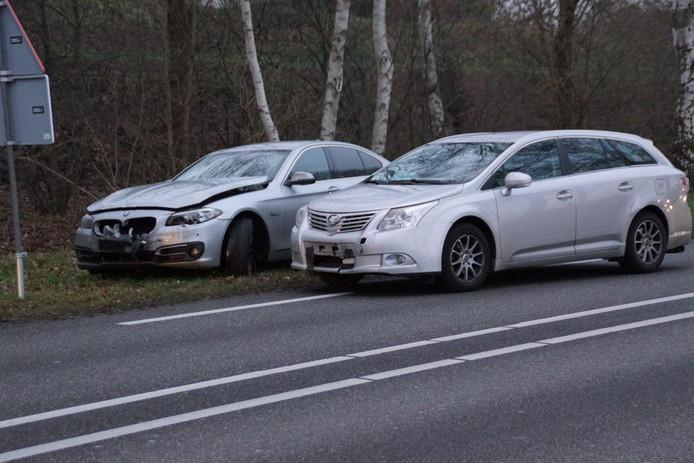 Twee van de drie auto's die betrokken raakten in een kop-staartbotsing op de N18 in Lichtenvoorde.
