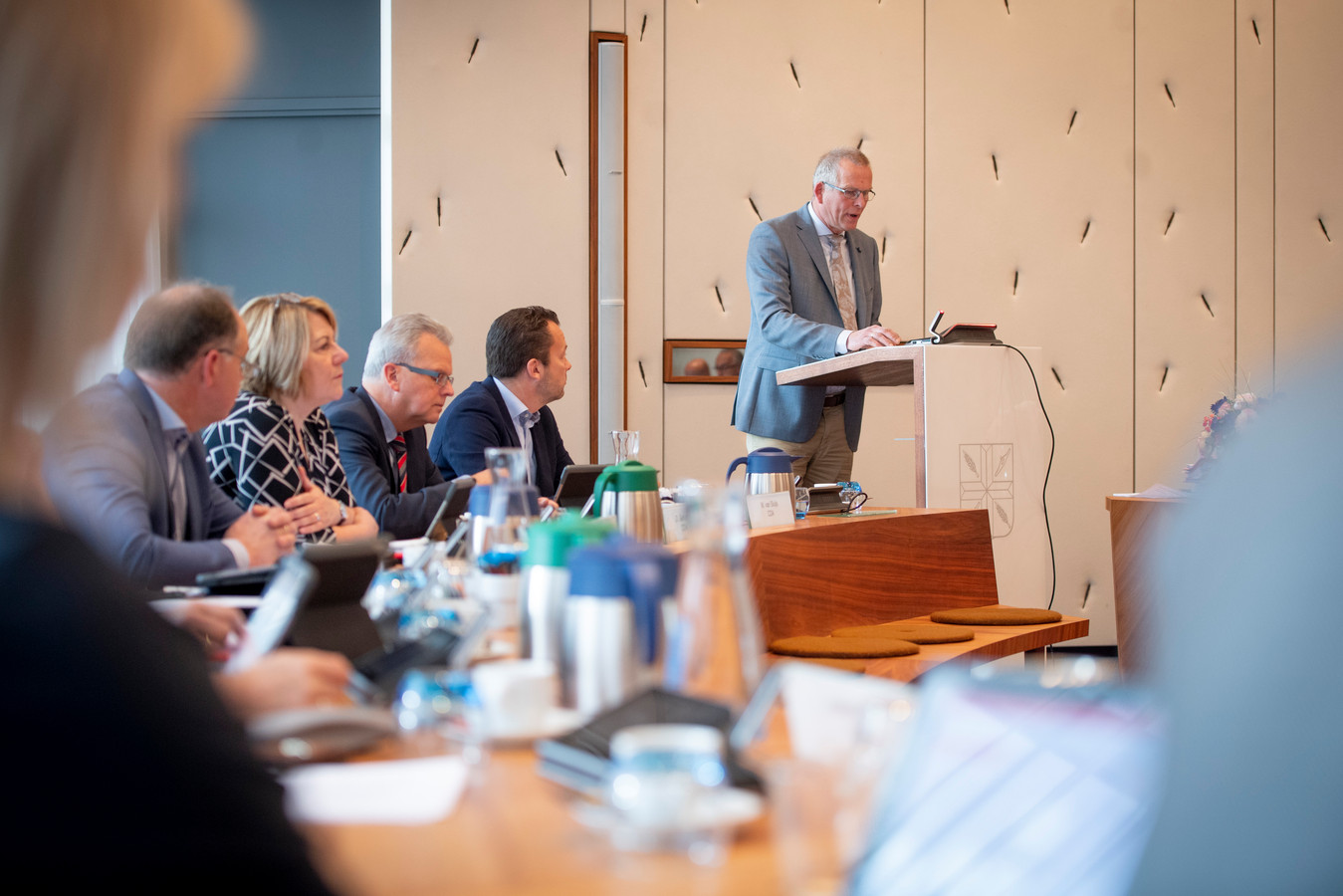 """VVD'er André Tijhof, achter het spreekgestoelte in een raadsvergadering: """"Dit is wel heel erg veel geld voor een rapport dat toch weer op de plank komt te liggen."""""""