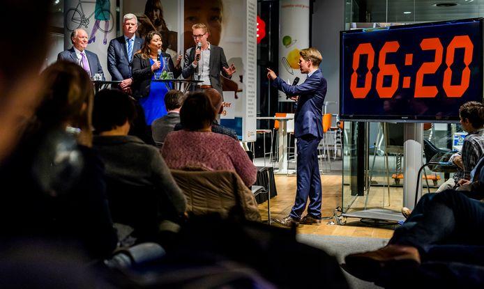 SP-raadslid Sun van Dijk en GroenLinks-raadslid Arno Bonte met elkaar in debat in het Nationale-Nederlanden Café.