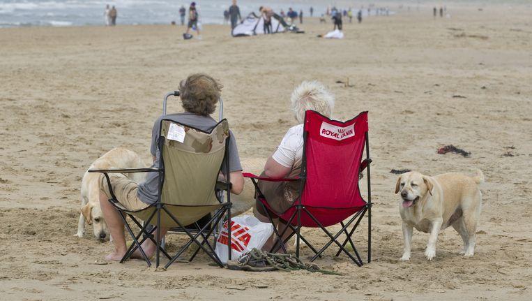 Ouderen op het strand van Bloemendaal aan Zee. Beeld ANP XTRA