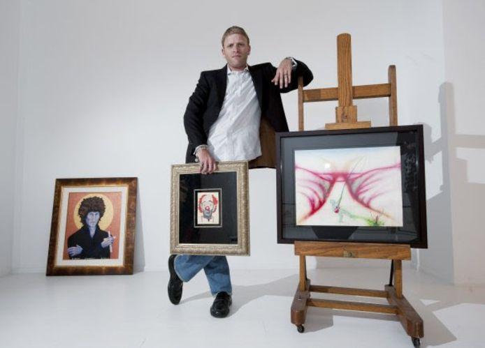 Jamie Wood bij een deel van zijn collectie.
