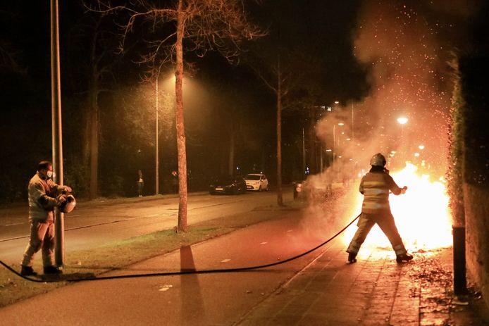 De brandweer had het vuur snel onder controle, maar kon niet voorkomen dat de scooter bijna volledig uitbrandde.