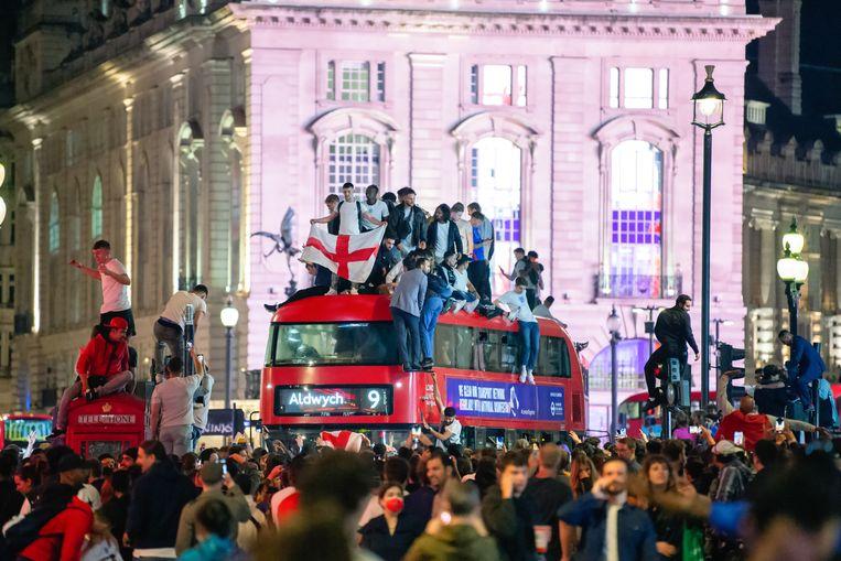 Fans vieren de overwinning van Engeland op Denemarken in de halve finale van het EK voetbal. Beeld Dave Rushen/Getty