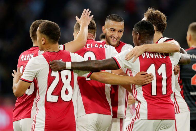 Ajax-FC Emmen werd vorig jaar een overtuigende zege voor Ajax: 5-0. Hier viert Klaas-Jan Huntelaar zijn 4-0, samen met Razvan Marin, Sergiño Dest (nummer 28), Hakim Ziyech, Quincy Promes en Daley Blind. Beeld BSR Agency