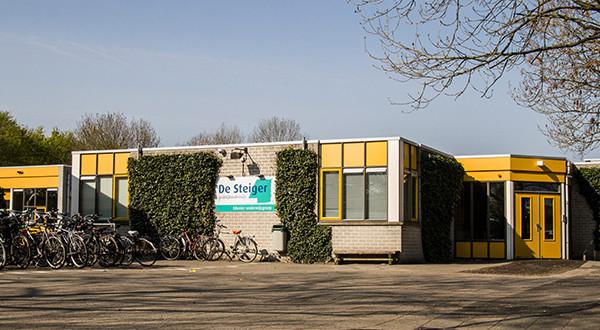 School De Steiger in Lelystad blijft gesloten tot testresultaten van het personeel bekend zijn.