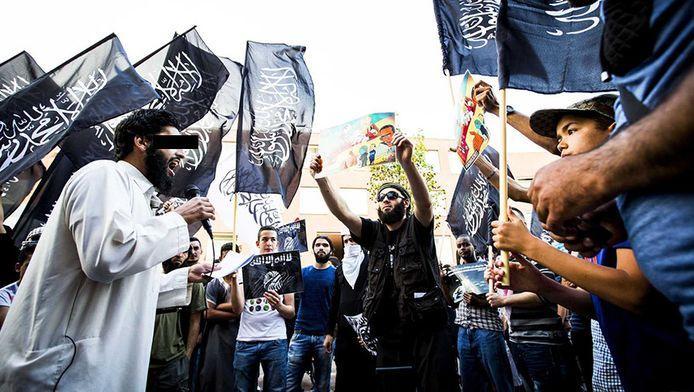 Abou Moussa, links, spreekt tijdens een demonstratie voor IS in vorig jaar juli in de Haagse Schilderswijk