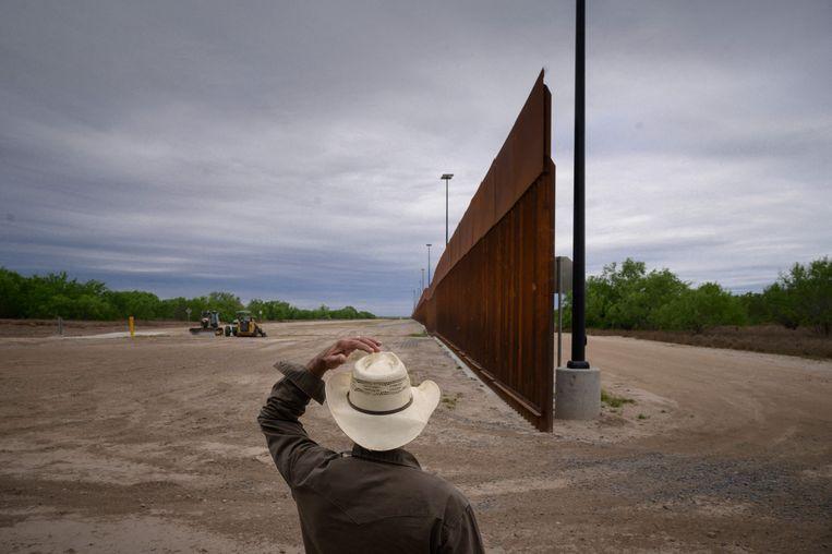 Archiefbeeld. Een nog niet afgerond deel van de grensmuur bij het plaatsje Roma in deelstaat Texas. (28/03/2021) Beeld AFP