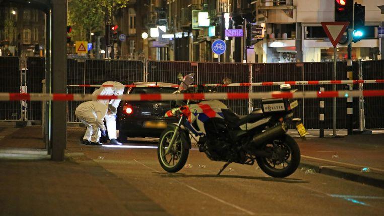Sporenonderzoek bij een auto in de De Clerqstraat in Amsterdam-West waar vorig jaar een man werd doodgeschoten. Beeld anp