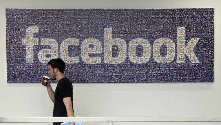 Werknemer in het hoofdkantoor van Facebook in Menlo Park, Californië. Beeld ap