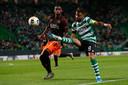 Pablo Rosario kan niet voorkomen dat Sporting-aanvoerder Bruno Fernandes de bal voorgeeft.