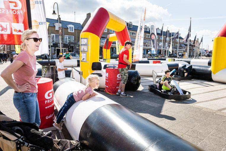 Op het Badhuisplein is een opblaasbare kartbaan voor kinderen geplaatst. Beeld Simon Lenskens