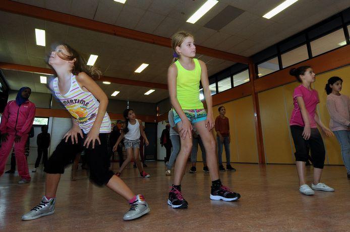 Een activiteit uit de begintijd van Sport Service Noord-Brabant in Roosendaal. Meisjes tussen (toen) 6 en 12 jaar leven zich in De Wieken uit met medewerking van Hiphop Factory.