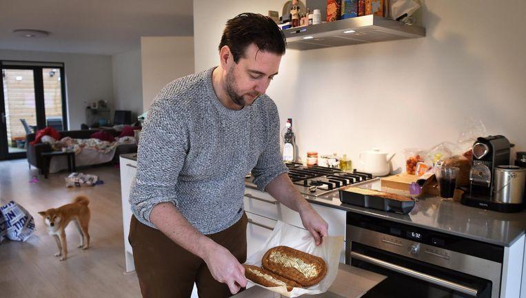 Een dag na zijn promotie pakt Guido Camps zelfgebakken taartbodems in. Beeld Marcel van den Bergh