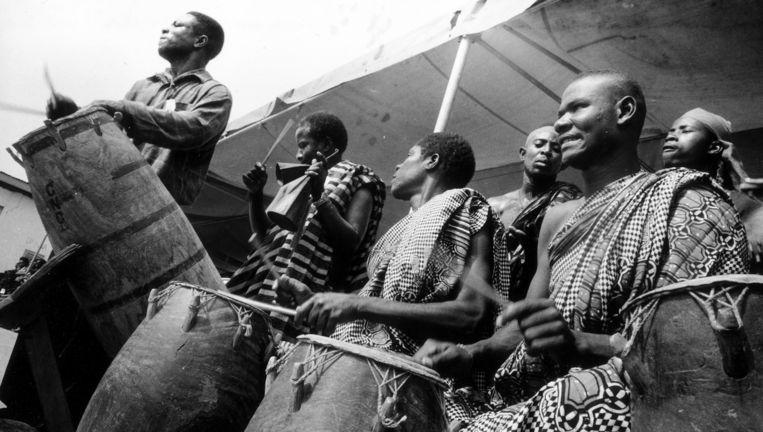 Ghanese trommelaars op een begrafenis in Zuidoost. Beeld Petterik Wiggers/HH