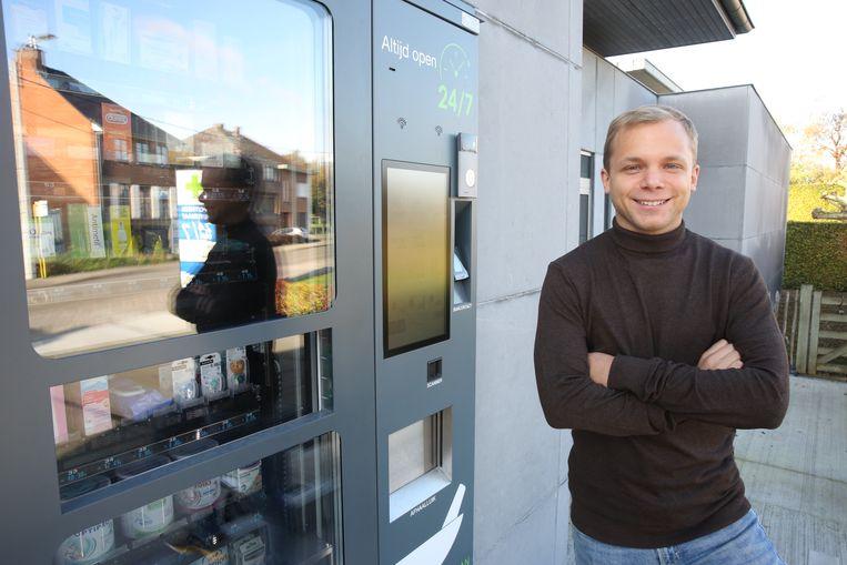 Tom Beaujean bij de automaat aan de automaat van de apotheek