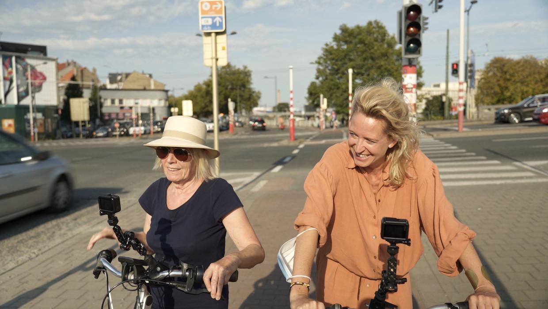 Sien Eggers en Cath Luyten in 'Buurman, wat doet u nu?'.  Beeld VRT
