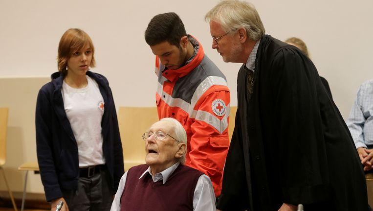Gröning wordt woensdag de rechtszaal in Lüneburg binnengebracht door zijn advocaat en mederwerkers van het Rode Kruis. Beeld null