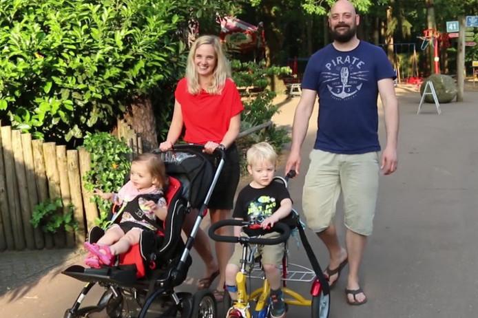 Bas en José met kinderen Bram (5) en Lotte (2) in DierenPark Amersfoort.