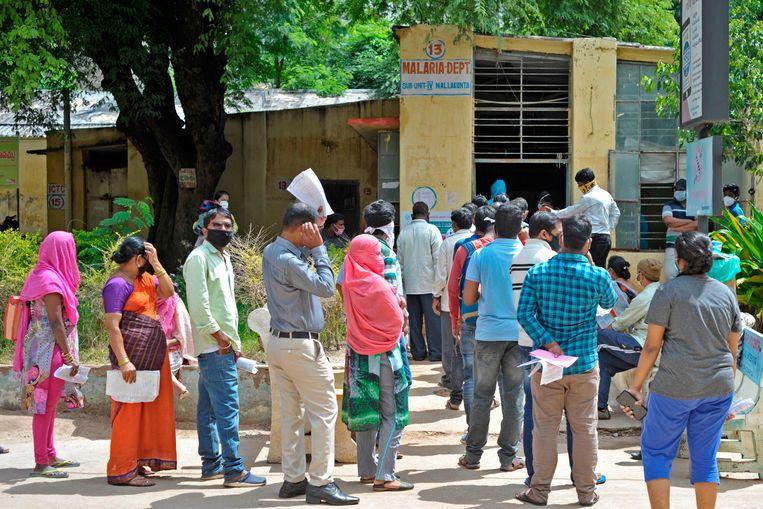 Wachtenden in Hyderabad staan in de rij voor een covid-19-test bij een gratis testcentrum van de Indiase overheid. Het land is over de één miljoen besmettingen heen. Beeld AFP