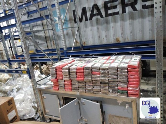 In een loods in Aartselaar werd tijdens de arrestatie van vijf verdachten bijna 1.800 kg cocaïne aangetroffen.