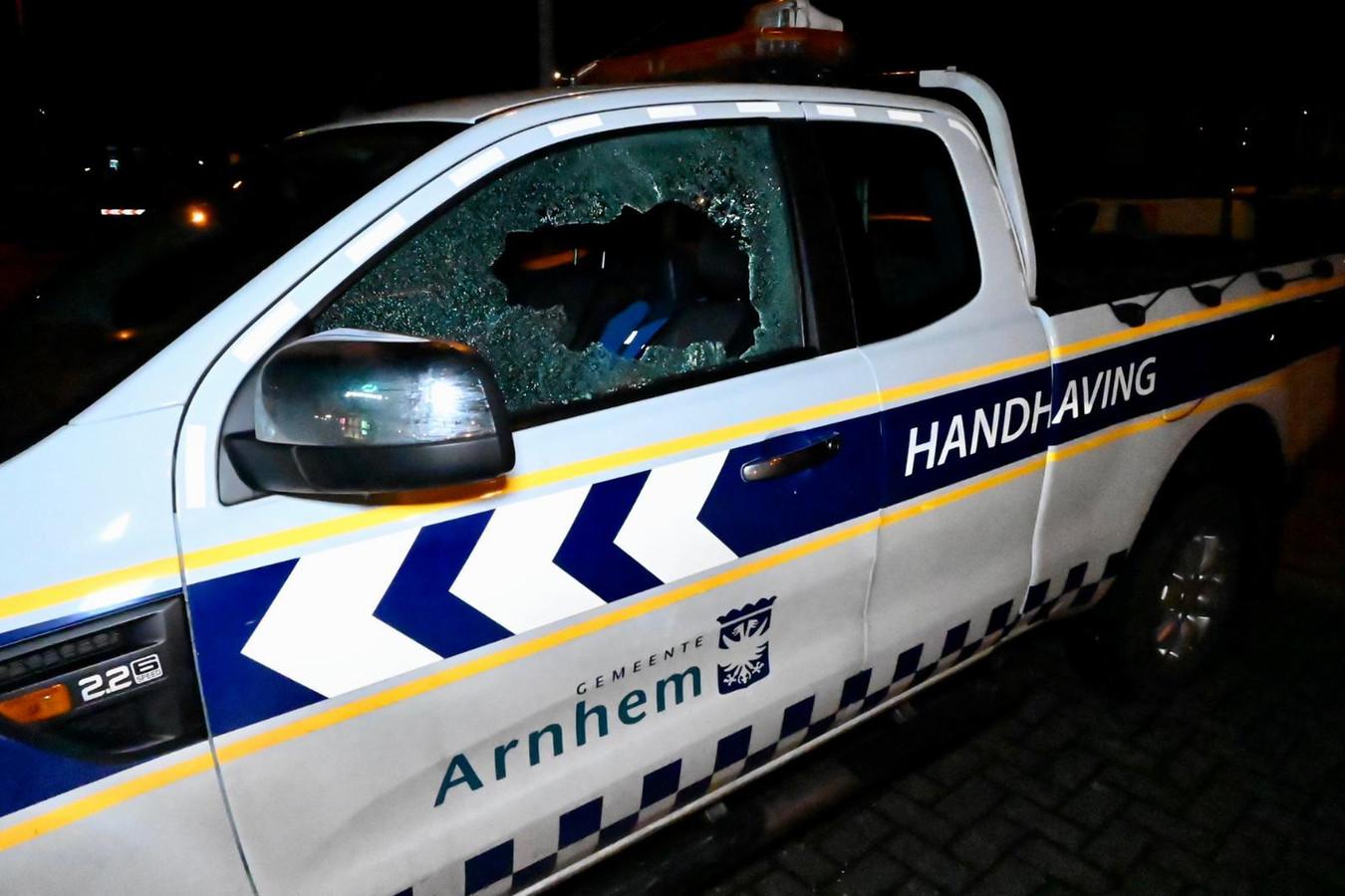 Vandalen hebben bij winkelcentrum Kronenburg een ruit ingeslagen van een voertuig van handhaving gemeente Arnhem.