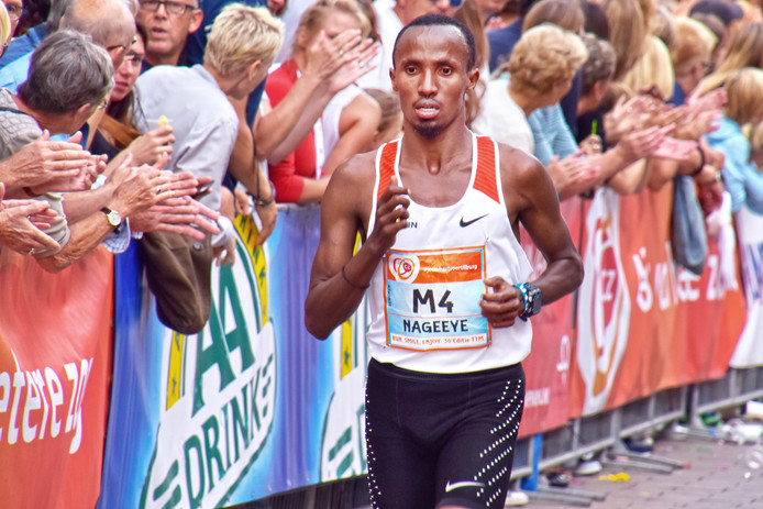 Marathonloper Abdi Nageeye heeft in Tilburg zijn Nederlands record op de 10 Engelse mijl aangescherpt. Hij eindigde in de Tilburg Ten Miles als vierde in 46 minuten en 26 seconden en dook daarmee veertien tellen onder zijn oude toptijd.