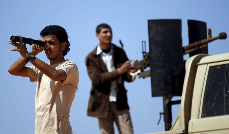 Libische rebellen op zoek naar posities van IS-militanten (Archiefbeeld). Beeld reuters