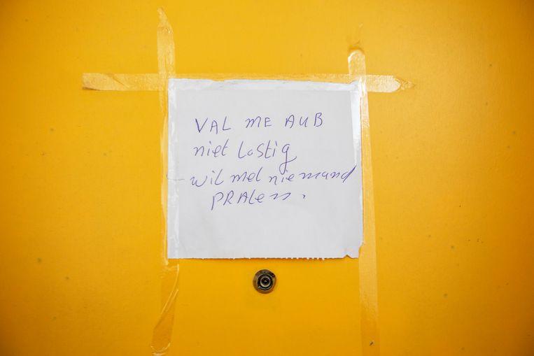 Een briefje van een van de buren in de flat van de moeder van de hoofdverdachte. Beeld ©Raymond Rutting Photography
