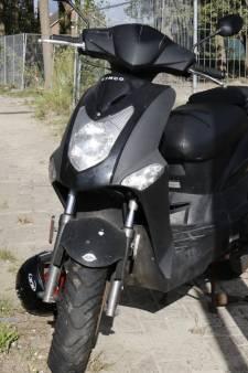Scooter botst met auto in Beugen
