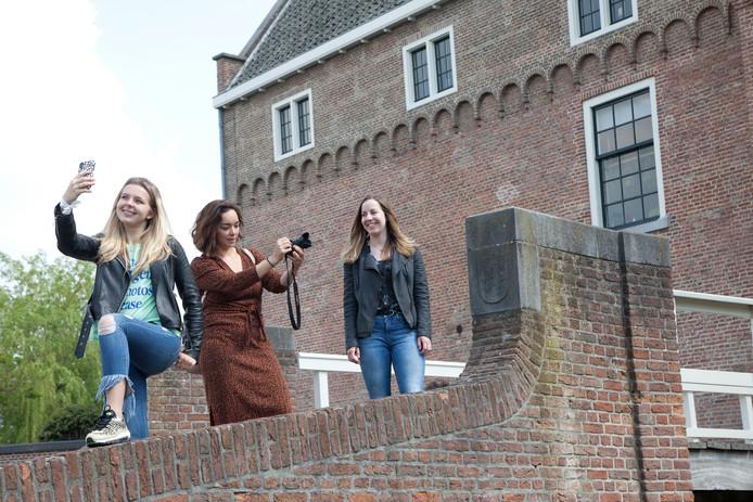 Emma Verschure, Desi Heijl en Kristel Jansen in de Wal bij Kasteel Woerden