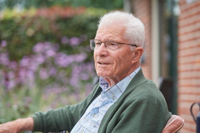 Toon van Kessel, pater uit Afrika, is terug in Nistelrode, in het huis waar hij vroeger woonde. Nu woont daar de familie van zijn zus.