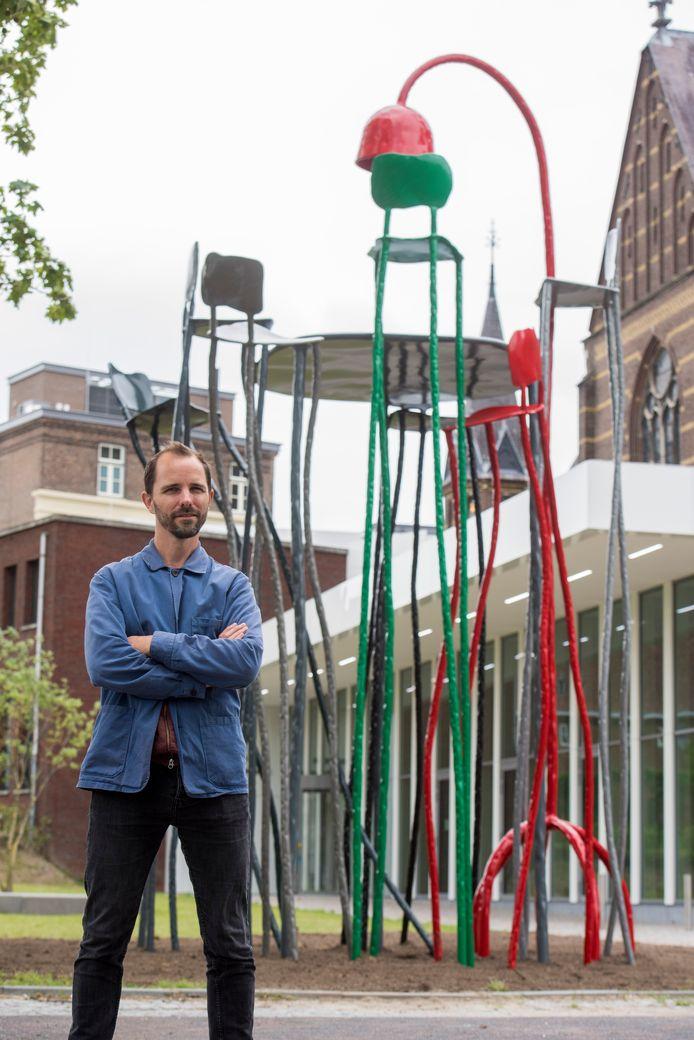 Maarten Baas voor zijn kunstwerk bij DomusDela in Eindhoven.