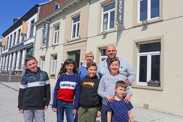 Adam Meysman met echtgenote Sara Kaesemans en hun vijf kinderen (waaronder een drieling): klaar om De Oorzaak te heropenen.