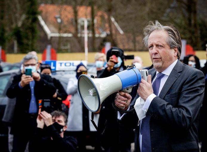Alexander Pechtold, directeur van het CBR, vorige maand tijdens een protest van rijschoolhouders. Die protesteerden tegen de coronamaatregelen en pleitten voor een snelle herstart van de rijlessen. Dat is inmiddels gebeurd.
