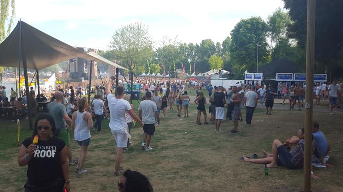 De zon schijnt nog even op feestgangers #XO15. Extrema Outdoor bij Aquabest gaat door tot 23.00 uur.