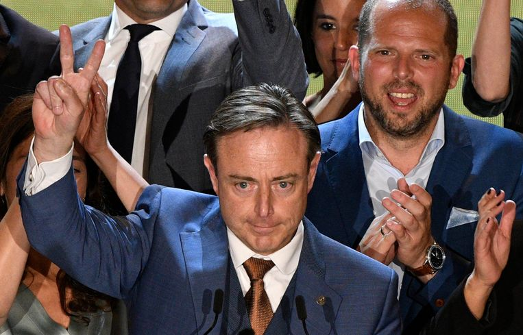 """""""Het succes van N-VA ligt erin dat ze zowel beleidspartij als oppositiepartij is, met de bouwvakkershelm van De Wever en de bokshandschoen van Francken."""" Beeld Photo News"""