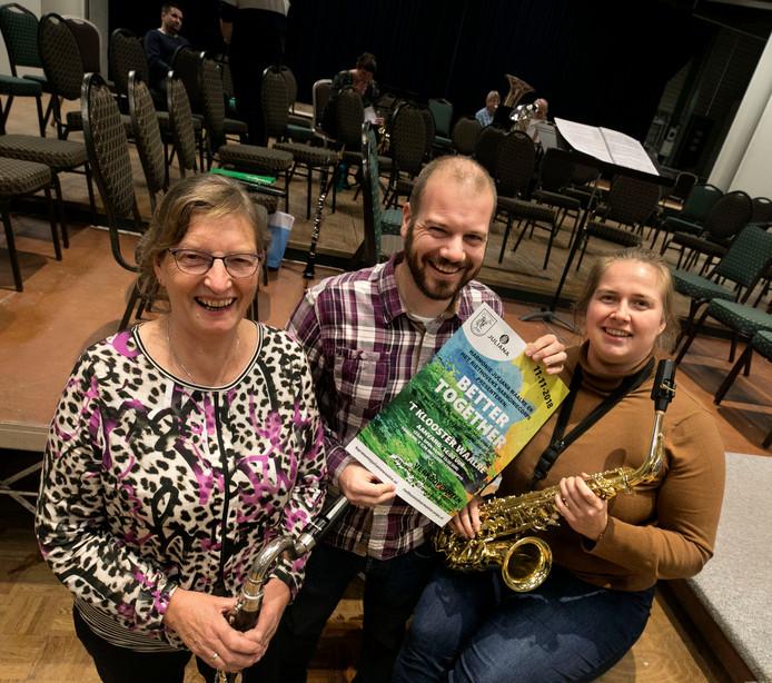 Muzikanten Ali de Jong, Tom van der Aalst en Rosanne Jansen van het Riethovens Harmoniecorps en Harmonie Juliana geven zondag samen een concert.