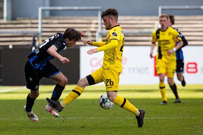 Brent Laes, hier in duel met Keano Van Rafelghem van Club Brugge, blijft langer aan boord bij Lierse.