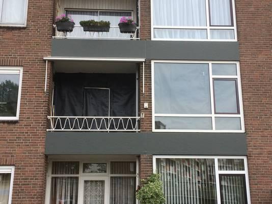 De woning van haar ex is volledig afgeplakt door de politie
